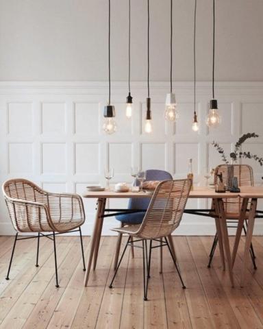 Une table à manger avec chaises en rotin